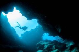 scuba diver caverns